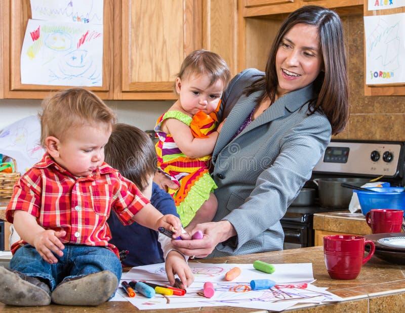 Игры матери с детьми стоковое фото