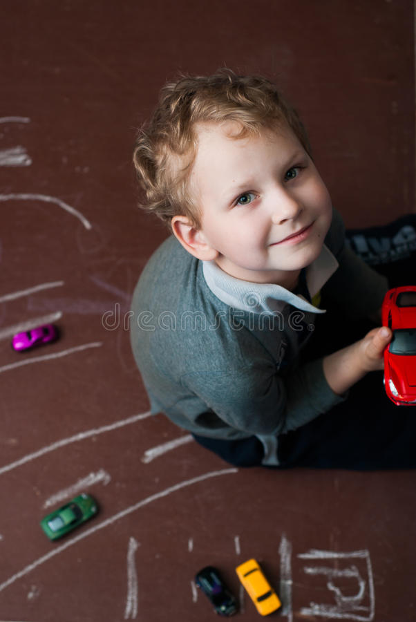Игры мальчика с автомобилем игрушки стоковое изображение rf
