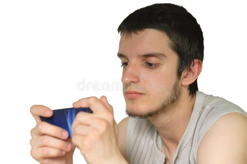 Игры молодого человека на smartphone стоковая фотография rf