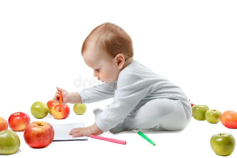 Игры младенца с яблоками Портрет студии, изолированный на белой предпосылке стоковое фото rf