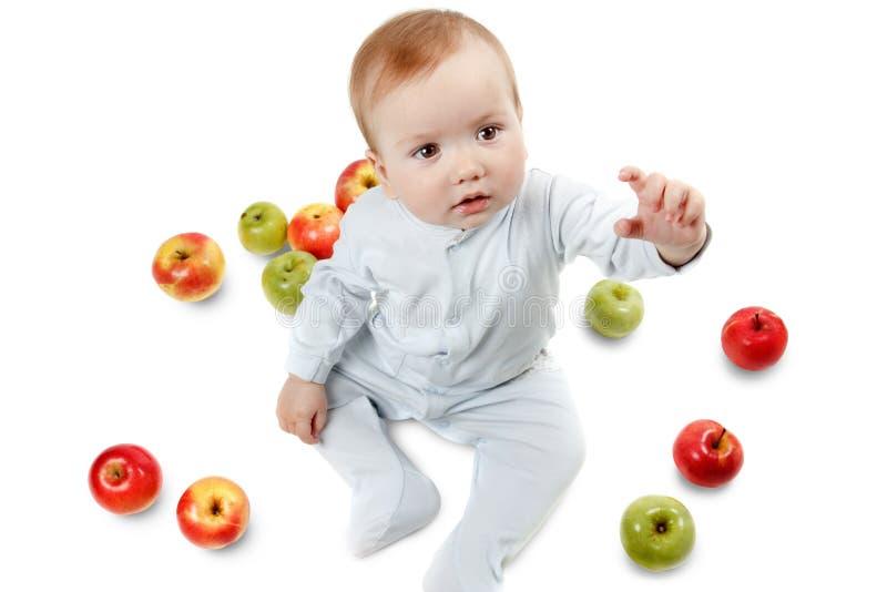 Игры младенца с яблоками Портрет студии, изолированный на белой предпосылке стоковая фотография