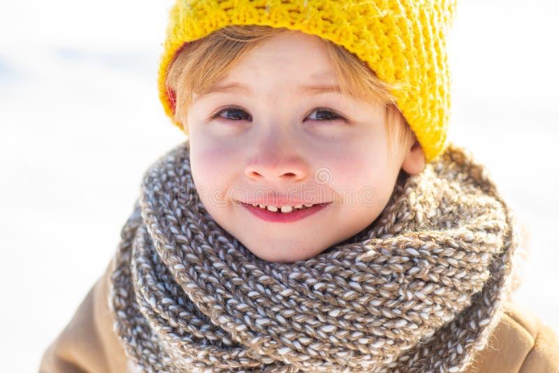 Игры снега : Имейте чудесный праздник r Счастливый снег ребенка зимы стоковое фото rf