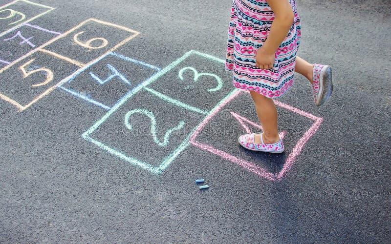 Игры ` s детей улицы в классиках Селективный фокус стоковые фотографии rf