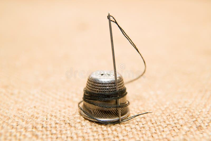 Игла и кольцо на старой ткани стоковое изображение rf