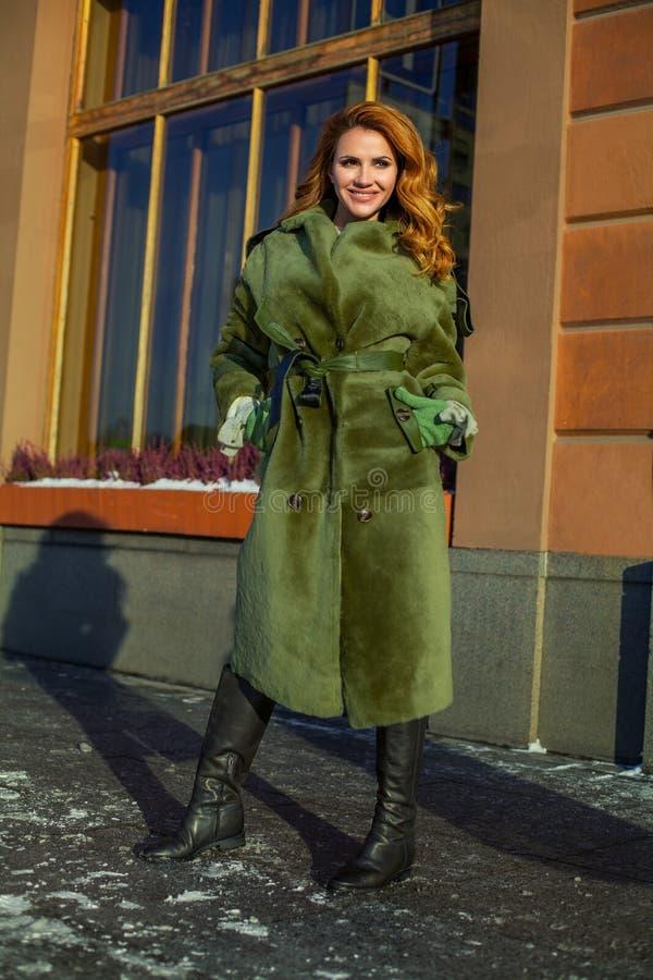 Идеальная женщина зимы нося зеленое пальто стоковая фотография rf
