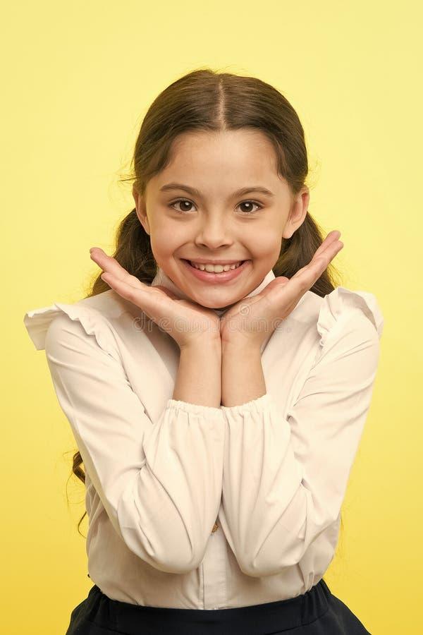 Идеальная улыбка Девушка счастливая демонстрирует ее предпосылку идеальной улыбки желтую Школьница не может ждать для поддержки в стоковые фото