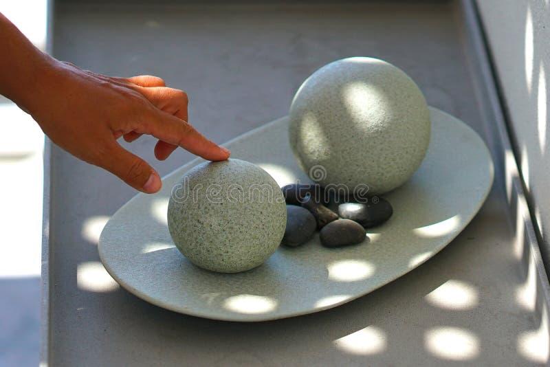 Идеальные круглые шарики сделанные утеса и вулканических камней в Santorini стоковые фотографии rf