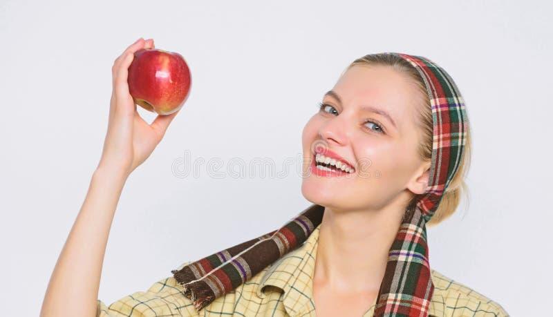 Идеальные яблоки Здравоохранение и питание витамина Диета яблока начала Женщина носит корзину с естественными плодами Фермер стоковые фото