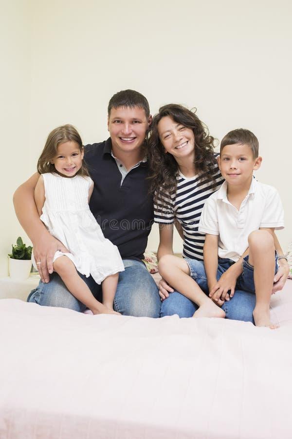 Идеи семьи Счастливая кавказская семья 2 родительского и 2 дет стоковая фотография