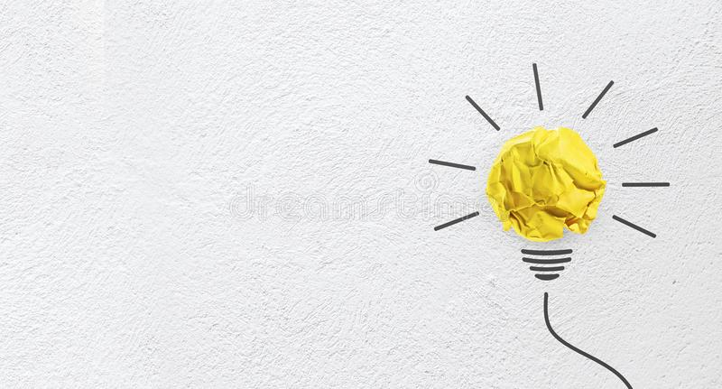 Идеи с желтой бумагой скомкали шарик на предпосылке стены стоковая фотография