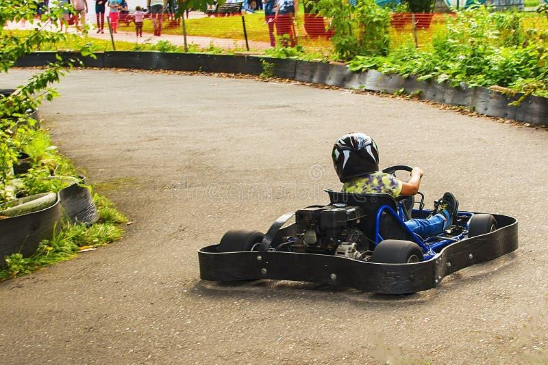 Идет гонщик Kart на дороге в природе стоковое фото rf