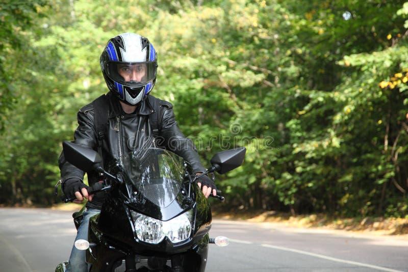 идет дорога motorcyclist стоковые изображения rf