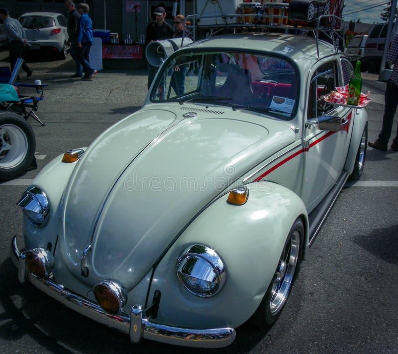 Идет к въезду в этой белизне, более старый VW прослушивает стоковая фотография rf