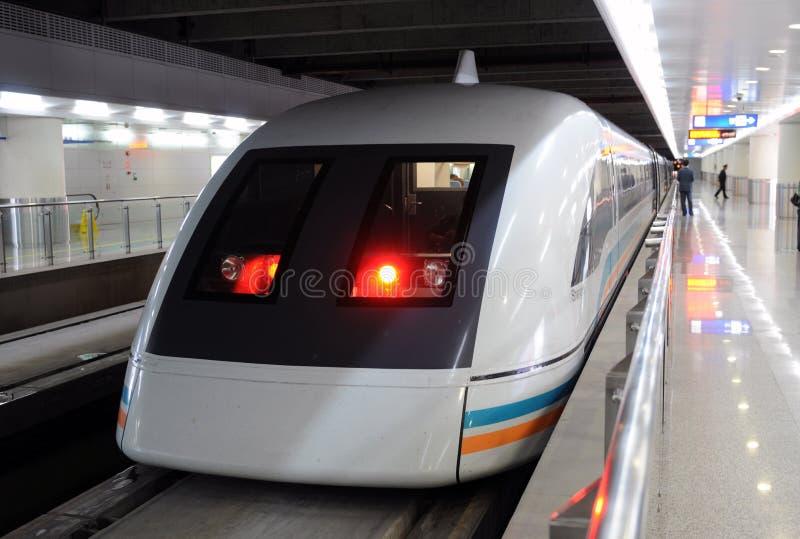 идет maglev готовый shanghai, котор нужно натренировать стоковое фото rf