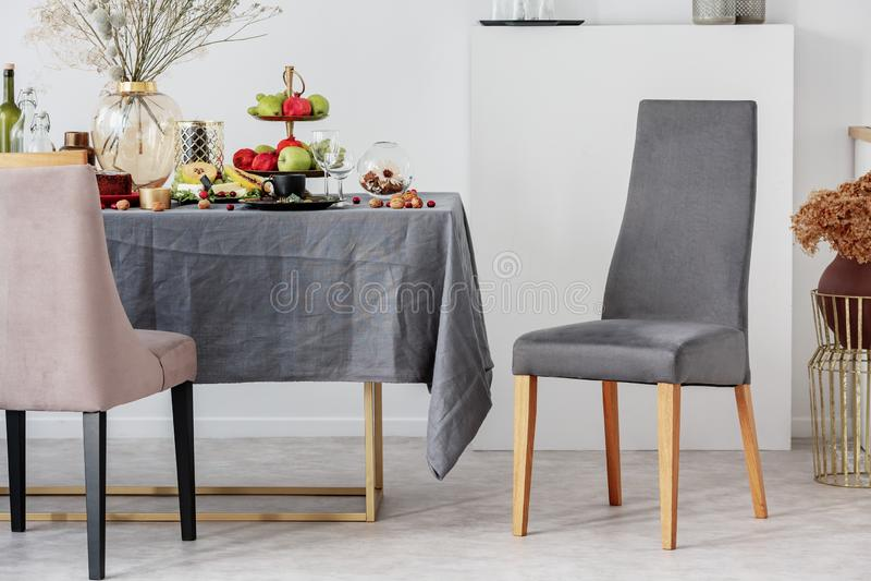 Идея дизайна столовой со стильными стулом и таблицей с серой скатертью стоковое изображение rf