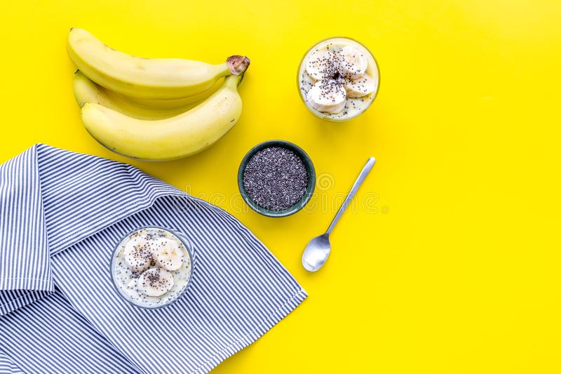 Идея для здорового пудинга банана завтрака с семенами chia на желтой таблице с голубым космосом экземпляра взгляд сверху скатерти стоковое изображение