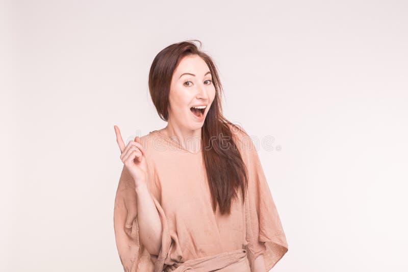 Идея, метод мозгового штурма и концепция людей - жизнерадостная азиатская женщина указывая и смотря камера на белой предпосылке стоковое фото rf