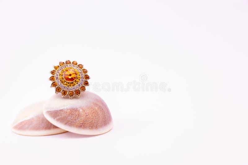Идея подарочного кольца Коктейльное золотое кольцо на морском кольце, изолированное на белом фоне стоковые фотографии rf