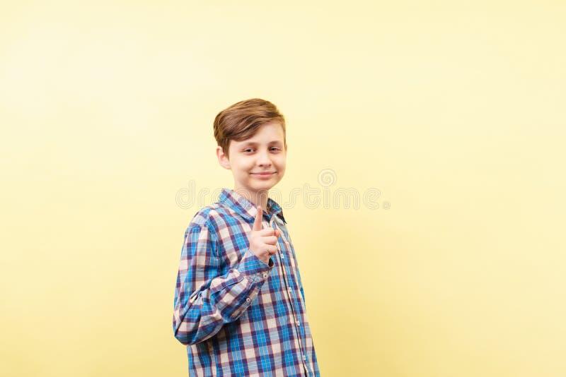 Идея, просвещая, проницательность, grinning улыбка мальчика стоковая фотография rf