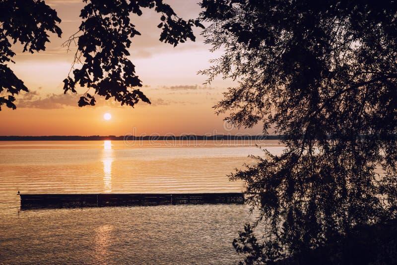 Идилличный взгляд к chiemsee озера и платформа купать на заходе солнца стоковые изображения rf