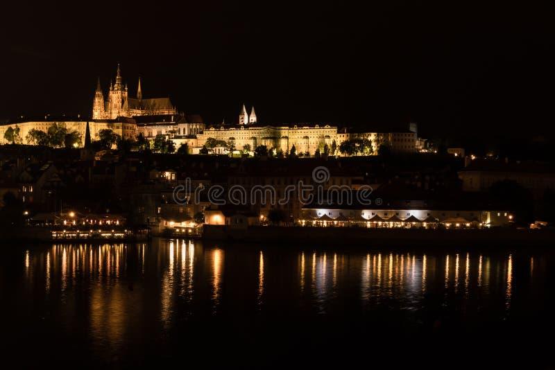 Идилличный взгляд ночи замка Праги над рекой Влтавы, чехией стоковое изображение