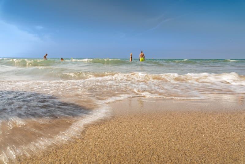 Идилличный взгляд пляжа перемещения от более низкой перспективы с волной стоковое фото