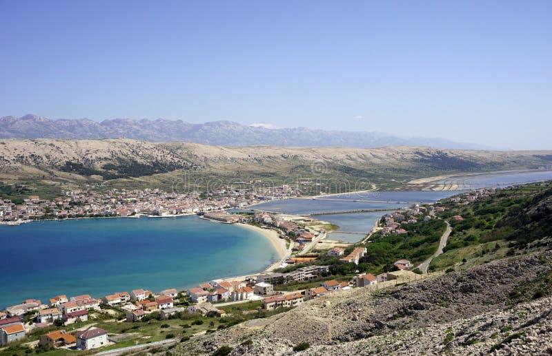 Идилличный вид с воздуха на заливе сини и бирюзы и старом городке Pag на острове Pag в Далмации, Хорватии стоковые фото