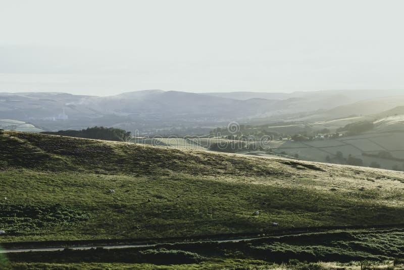 Идилличный ландшафт пикового национального парка района, Дербишира, Великобритании стоковые изображения rf