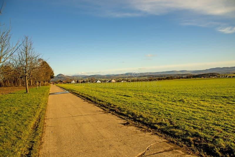 Идиллия страны с взглядом к немецким гористым местностям стоковая фотография rf