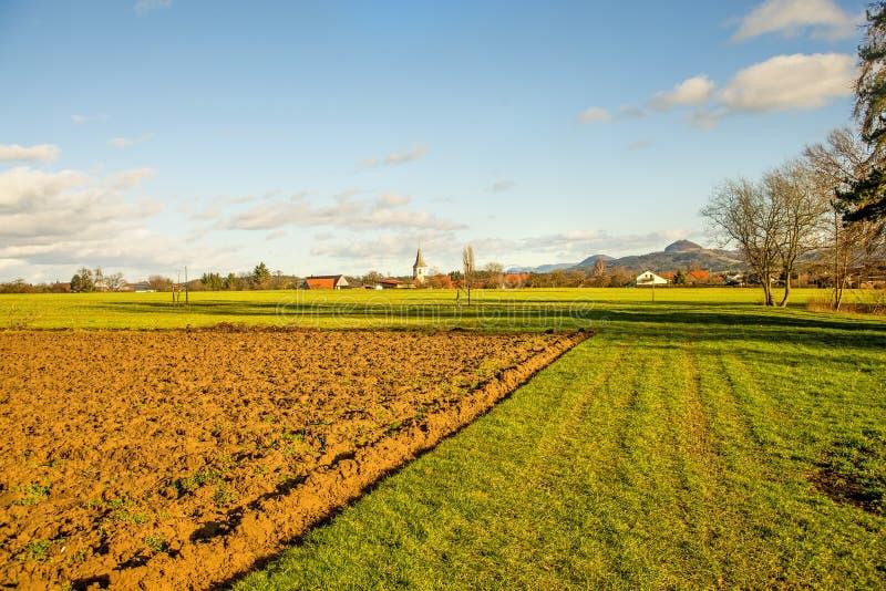 Идиллия страны с взглядом к немецкой деревне стоковая фотография rf