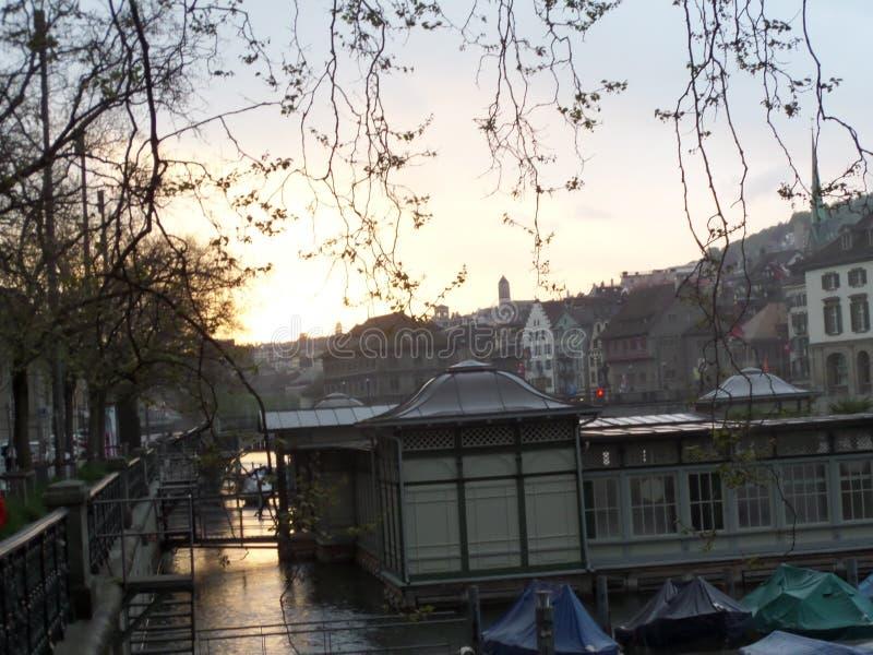 Идите вокруг города, захода солнца, кафа на воде Ñ€ÐΜка, ½ а  Ð ² ÐΜÑ Ð стоковая фотография