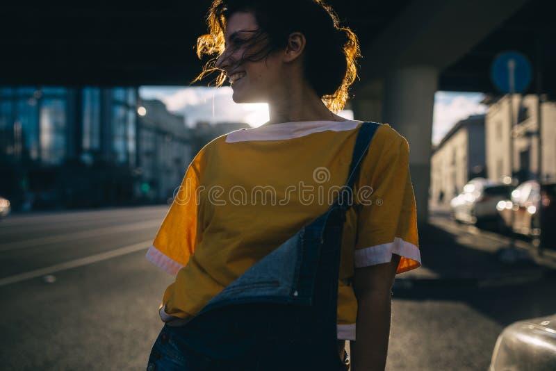 Идите на город вечера красивой девушки стоковые фото