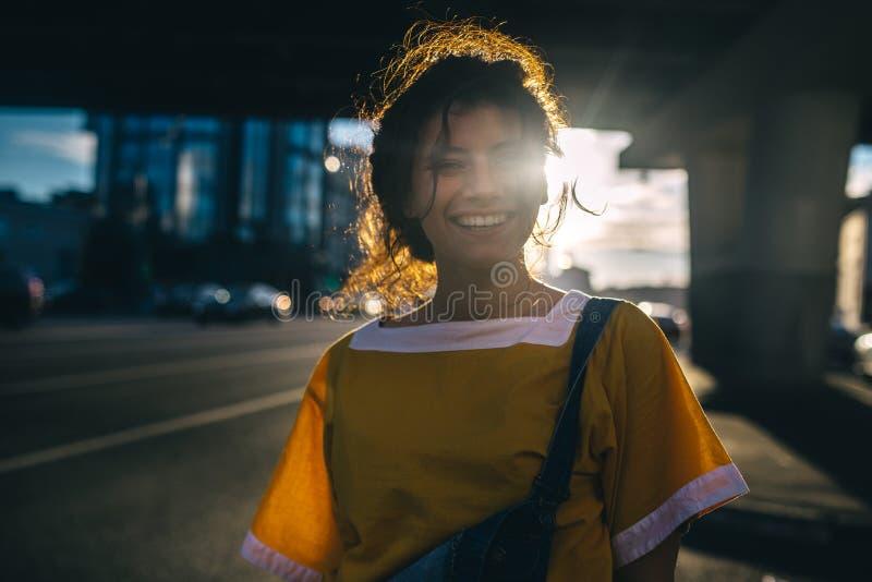 Идите на город вечера красивой девушки стоковая фотография rf