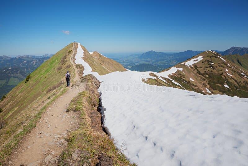 Идите на гору fellhorn в горных вершинах allgau стоковое изображение rf