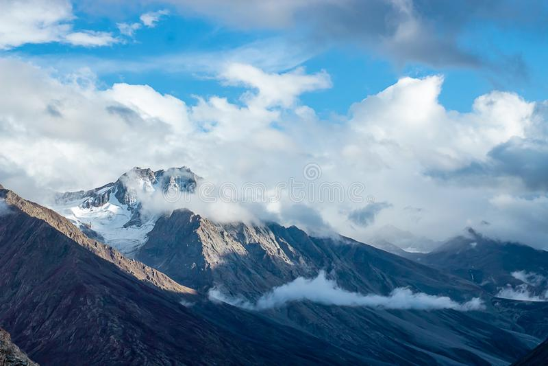 Идите снег в горах Гималаев на лете стоковое фото