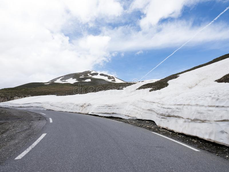 Идите снег на банках дороги к col de Ла bonette в французских горных вершинах стоковые изображения