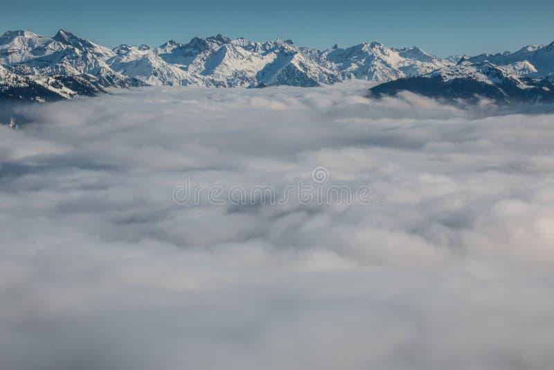 Идите снег на верхней части гор и тумана вниз с долины стоковая фотография rf