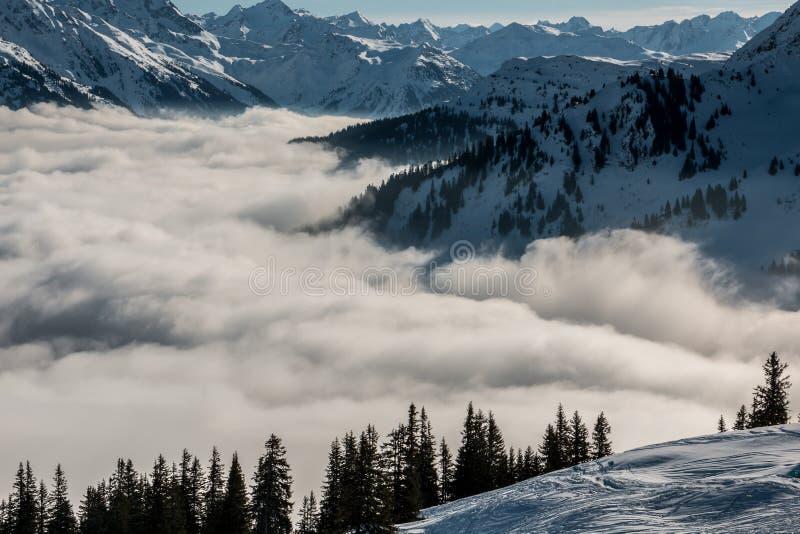 Идите снег на верхней части гор и тумана вниз с долины стоковые фотографии rf