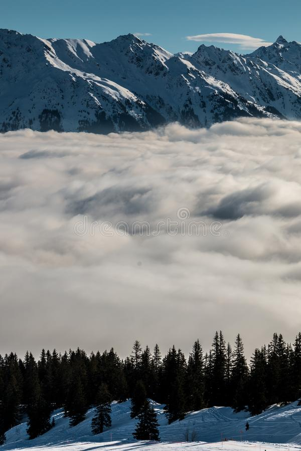 Идите снег на верхней части гор и тумана вниз с долины стоковая фотография