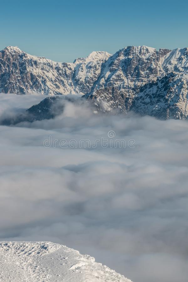 Идите снег на верхней части гор и тумана вниз с долины стоковое изображение rf