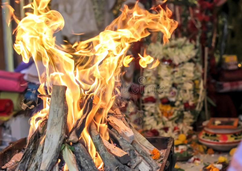 Идол богини бога поклонению yajna огня индийский ритуальный культурный индийский показывая индийскую культуру стоковое фото rf