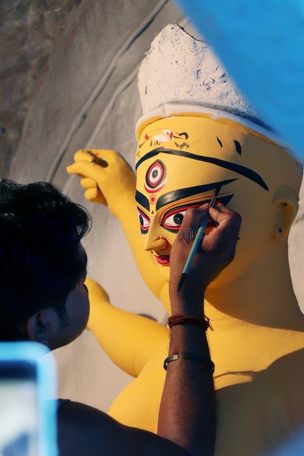 Идол глины индусской богини Devi Durga Идол индусской богини Durga во время подготовок в Kolkata стоковые фотографии rf