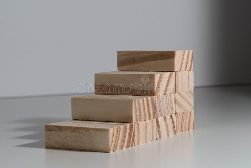Идти вверх! Изолированные лестницы блока водя к нигде стоковые фото