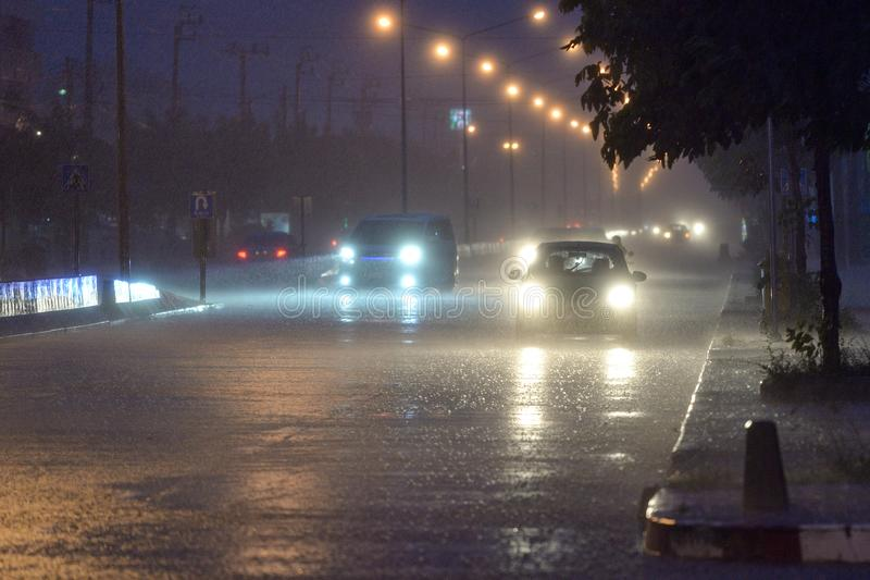 Идти дождь в городке стоковые фотографии rf