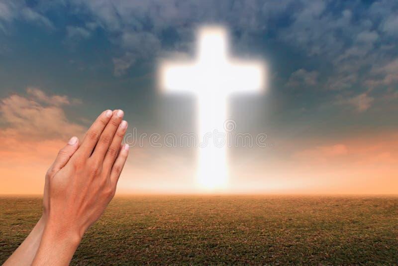 Идти к христианскому кресту стоковые фото