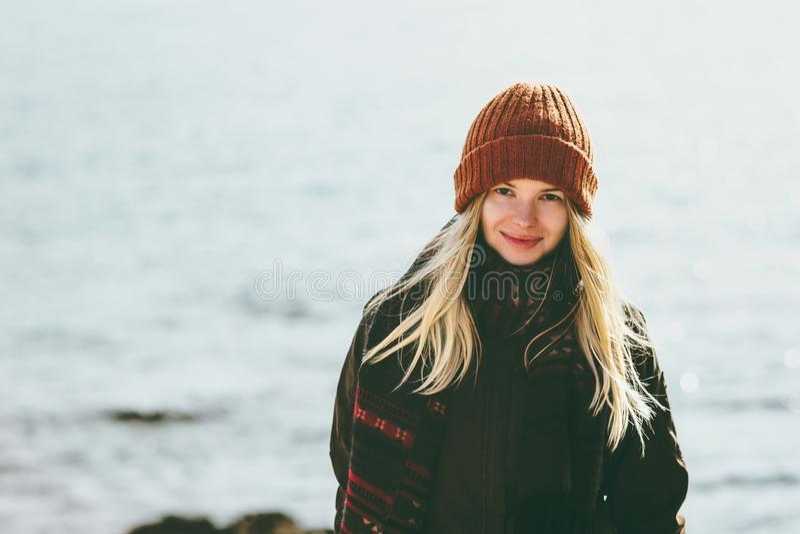 Идти молодой женщины усмехаясь на концепцию образа жизни моды перемещения моря зимы внешнюю стоковое изображение