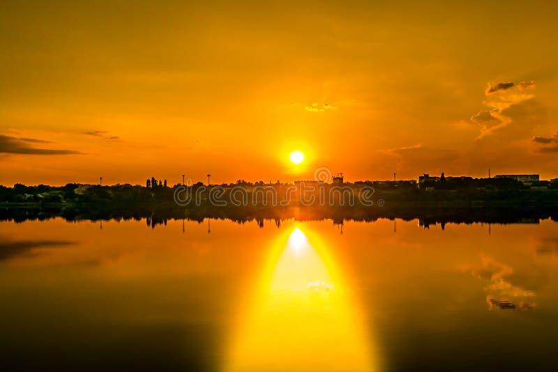 Идти на заход солнца стоковые изображения