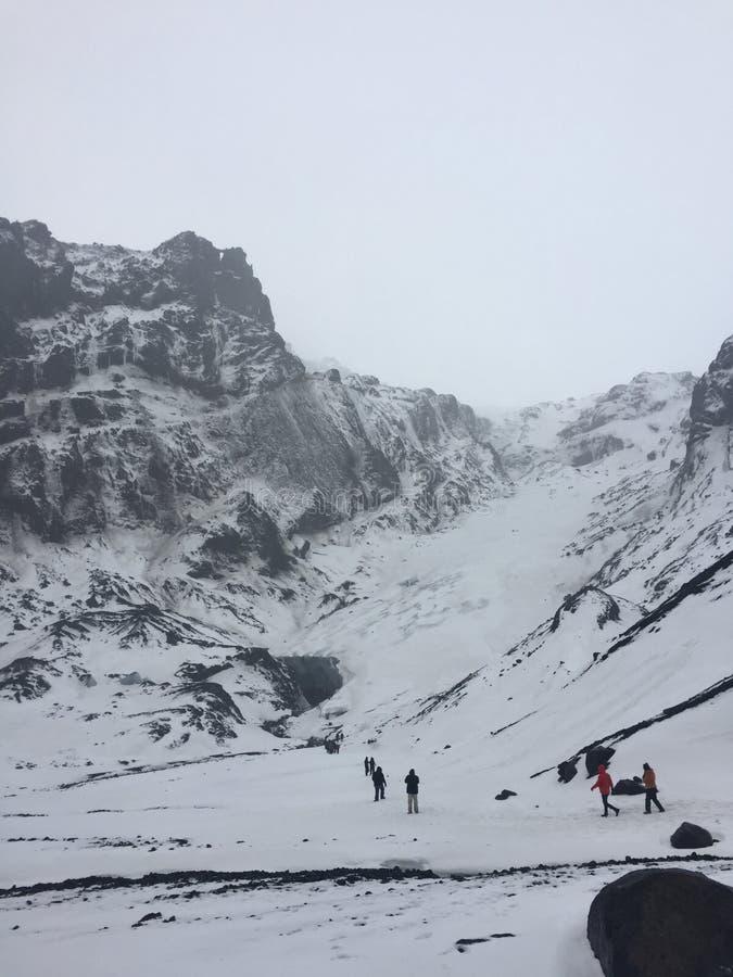 Идти на снежный ледник в Исландии стоковые фотографии rf