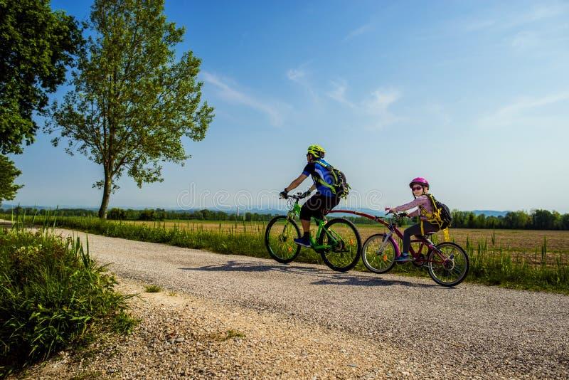 Идти отца и дочери тандемный в велосипед Распорядок FVG2 города Grado, Friuli Venezia Giulia велосипеда, Италия стоковая фотография