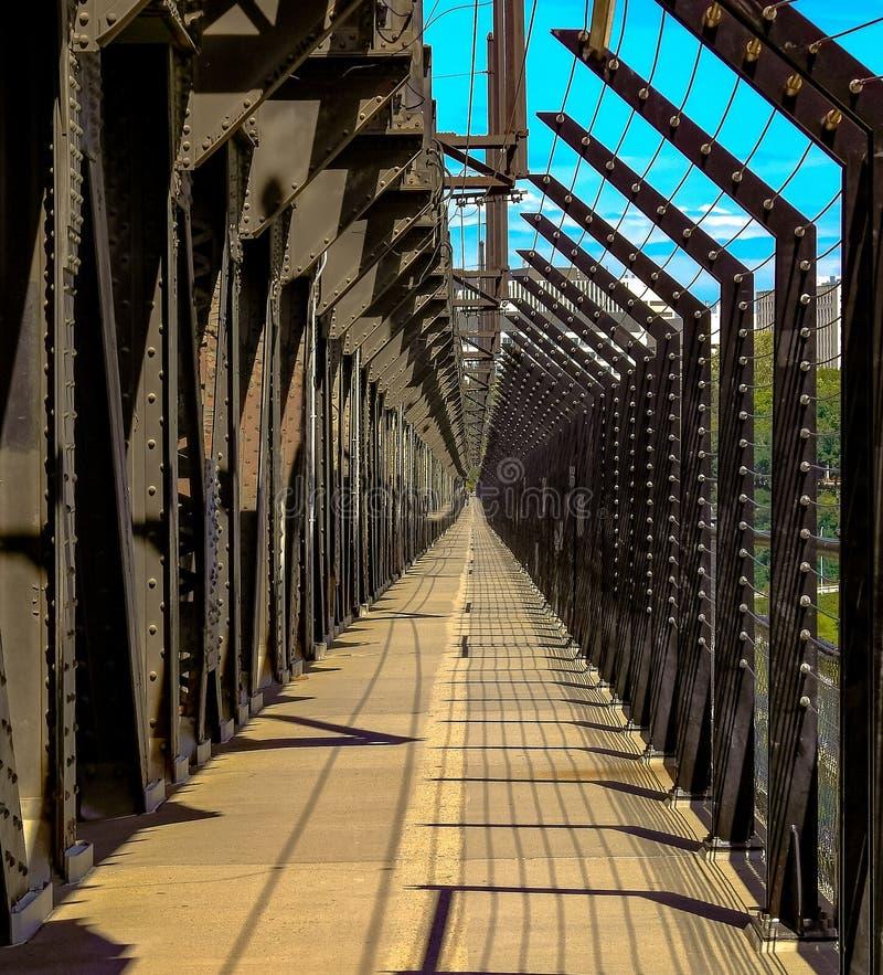 Идти проходит дальше высоководный мост в Эдмонтоне, Альберте, Канаде Принятый на солнечный летний день стоковое фото